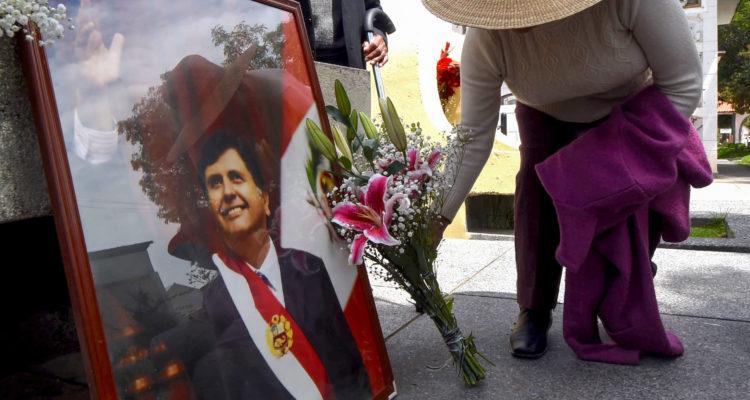 Miles de peruanos despiden los restos del expresidente Alan García en Lima