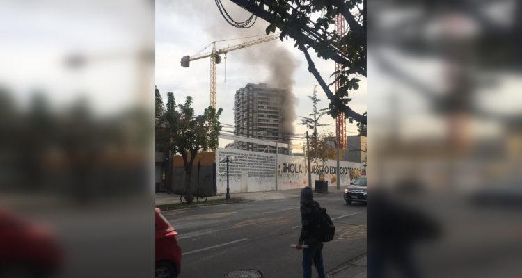 Bomberos combate incendio que afecta a piso 3 de edificio en Las Condes