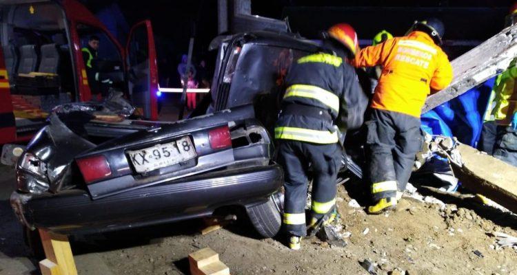 Dos hombres mueren tras choque de automóvil con poste de tendido eléctrico en Curanilahue