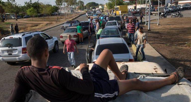 Crisis por falta de gasolina en Venezuela: bancos sin dinero y suspensión de clases en universidades