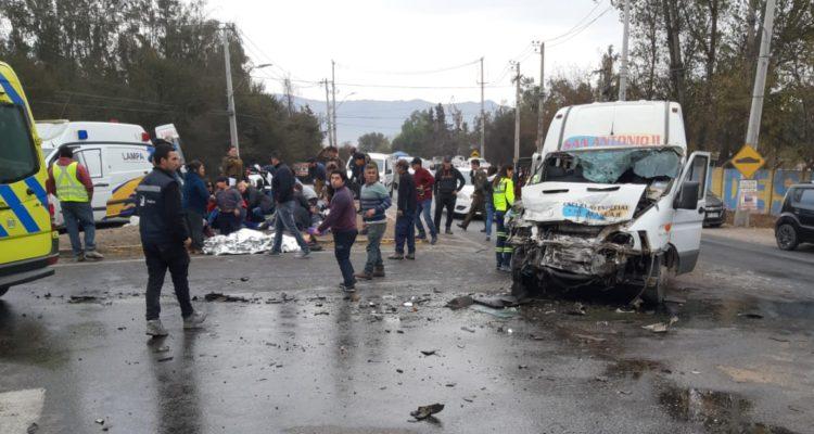 Colisión entre camión y furgón de transporte escolar deja 10 niños lesionados en Lampa