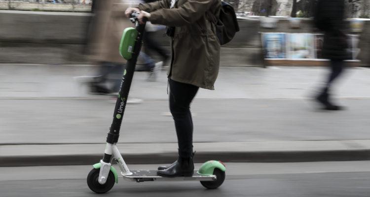 Hombre que circulaba en scooter eléctrico muere al chocar con un camión en París