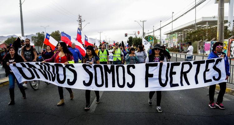 Sindicatos en huelga de Chuquicamata se toman carreteras y acusan represión de Carabineros