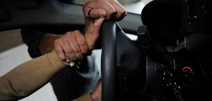 Mujer recibe ocho años de cárcel efectiva por asalto a taxista con un destornillador