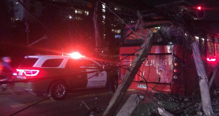 Transantiago choca contra postes del alumbrado público en Las Condes: al menos 5 personas lesionadas