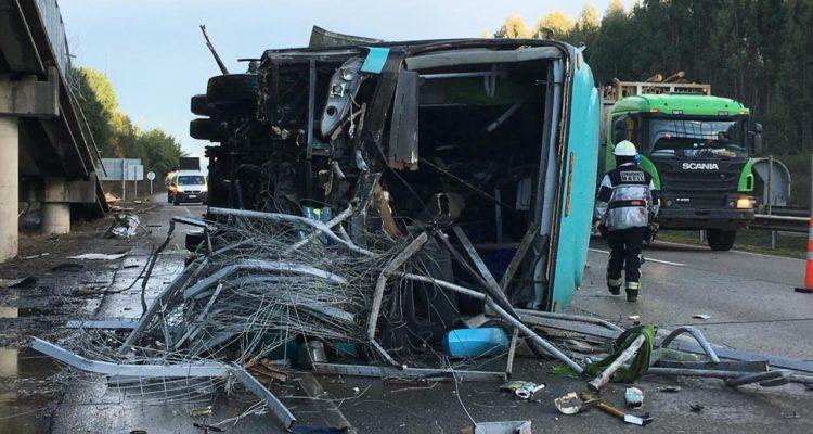 Bus termina volcado en la Ruta 5 Sur cuando se dirigía desde Los Lagos al Bío Bío: chofer se durmió