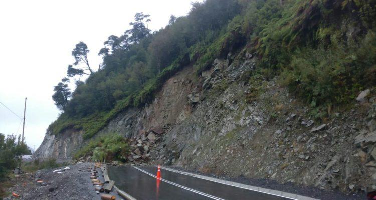 Autoridades llaman a acelerar trabajos tras deslizamiento de rocas en sector