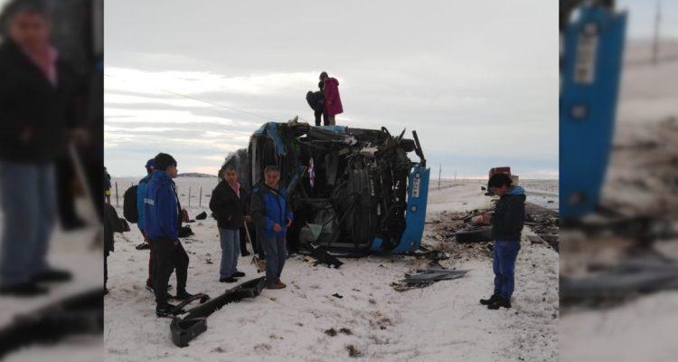 Colisión frontal entre camión y bus deja 2 muertos y al menos 40 lesionados en región de Magallanes
