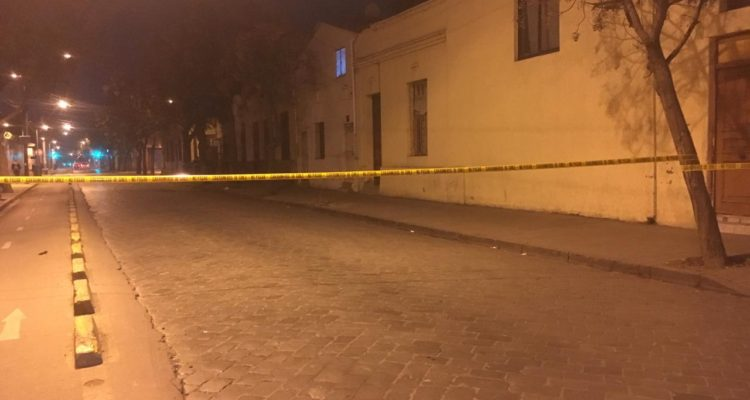Una persona muere tras ser baleada desde un vehículo en el centro de Santiago
