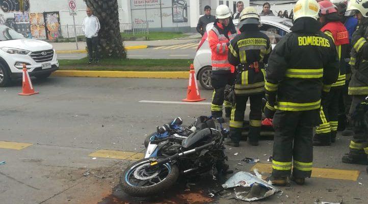 Motociclista impacta contra parte trasera de bus en céntrica avenida de Concepción