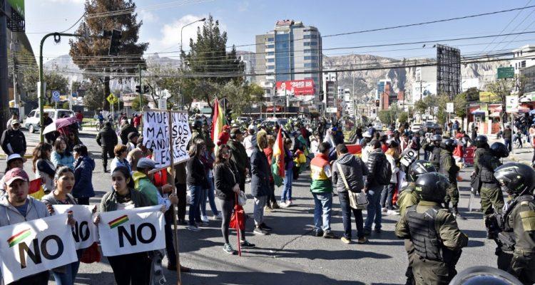 Huelga parcial en tres regiones contra cuarta postulación de Evo Morales en Bolivia