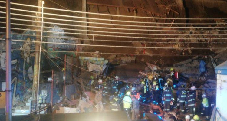 Posible caída de escombros pone en peligro a rescatistas tras derrumbe de vivienda en Valparaíso