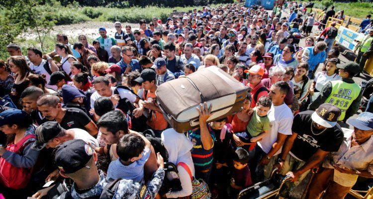 Colombia pide más ayuda por crisis en Venezuela: desplazados podrían llegar a 3 millones en ese país