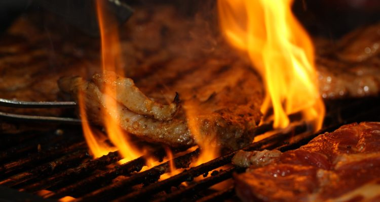 El asado saldrá más caro: alza del dólar hace subir precios de la carne importada