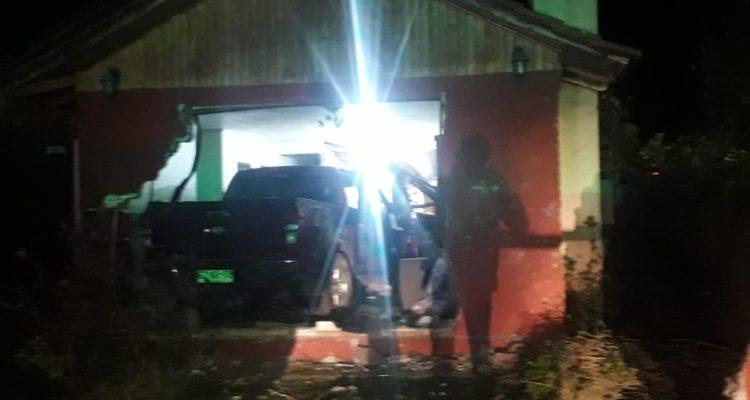 Dos detenidos deja frustrado robo a conductor de DiDi: Camioneta terminó incrustada en una vivienda