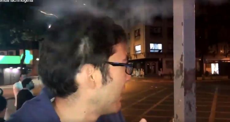 Captan momento en que disparan lacrimógena en la cabeza a joven que era entrevistado por la BBC
