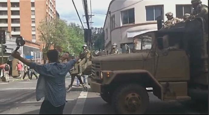En el corazón de una de las protestas: entre lacrimógenas, saqueos en SEREMI y aplausos a militares