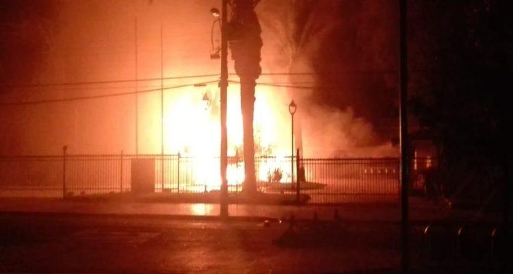 Municipalidad de Catemu en llamas presuntamente por bomba molotov