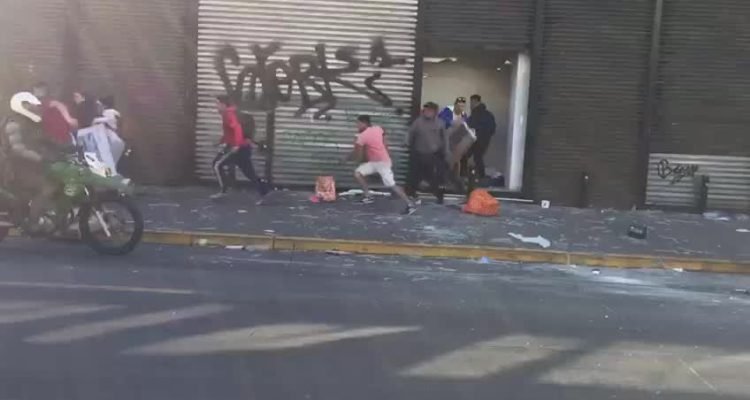 Desconocidos saquean tienda Corona en centro de Concepción