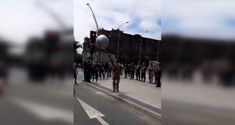 Manifestantes y militares juegan