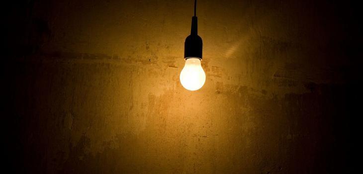 Pero qué necesidad: denuncian a casas y locales que hurtan luz en sectores acomodados de Santiago