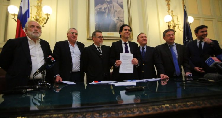Ministro Briones y senadores firman acuerdo para financiar agenda social del Gobierno