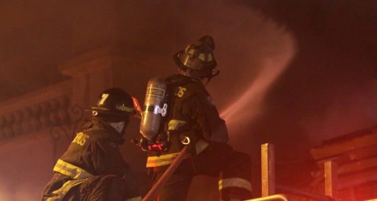 Incendio destruyó tienda Hites en el sector céntrico de Valparaíso