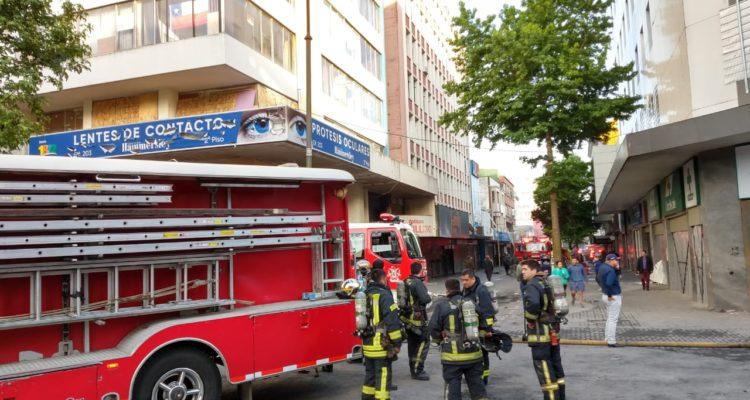 Incendio afecta al menos cinco locales y una oficina del centro de Concepción tras saqueos
