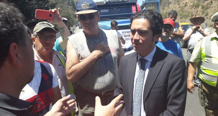 Ministro de Hacienda conversó con camioneros tras quedar atrapado en manifestación en Ruta 68
