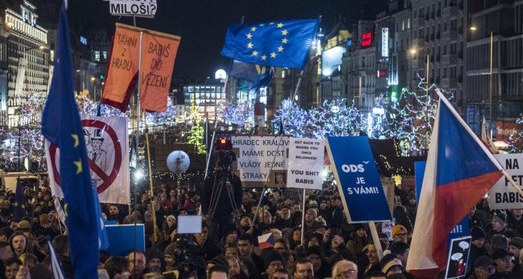 Cerca de 50.000 personas protestan en Praga pidiendo salida del primer ministro