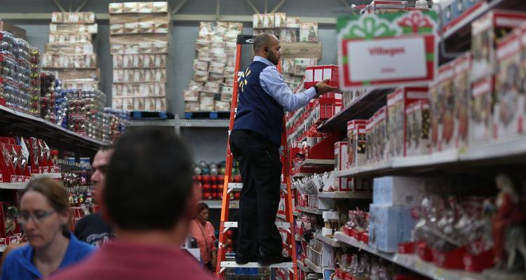 No era nieve: Walmart retira venta de polémicas prendas con el Viejo Pascuero consumiendo droga