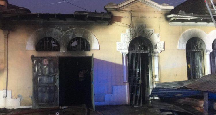 Adulto mayor murió en incendio que dejó una casa destruida en el centro de Santiago