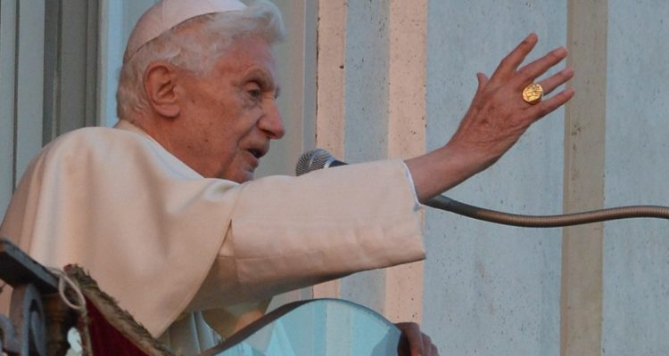Benedicto XVI pide que retiren su nombre de libro donde defiende el celibato de los sacerdotes