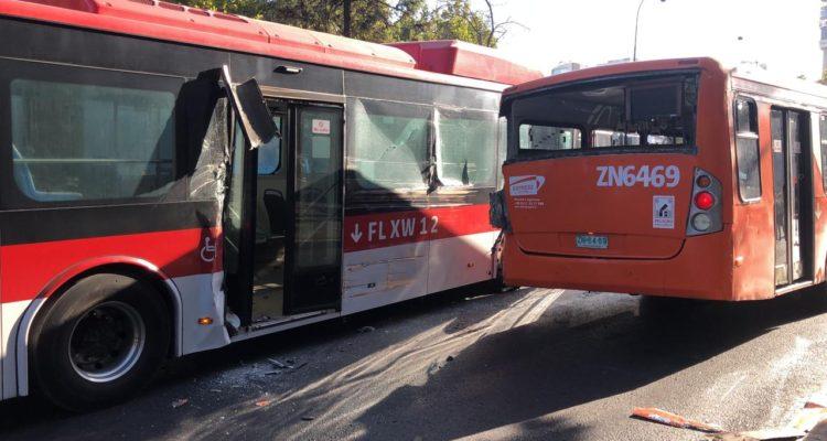 Accidente entre dos buses genera problemas en el tránsito de la Alameda en Santiago