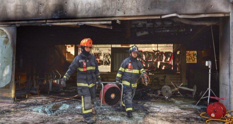 Incendian por completo el Café Literario de Providencia con 10 mil libros en su interior