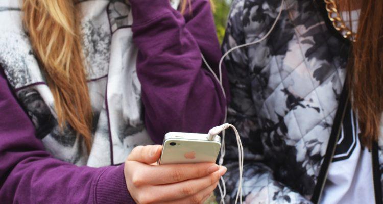 Estudio asegura que el 86% de los niños capitalinos tiene celular: experto da consejos para su uso