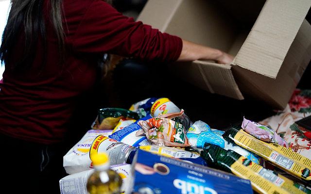 En medio de cuestionamientos inicia la distribución de 6.856 cajas de alimentos en La Araucanía