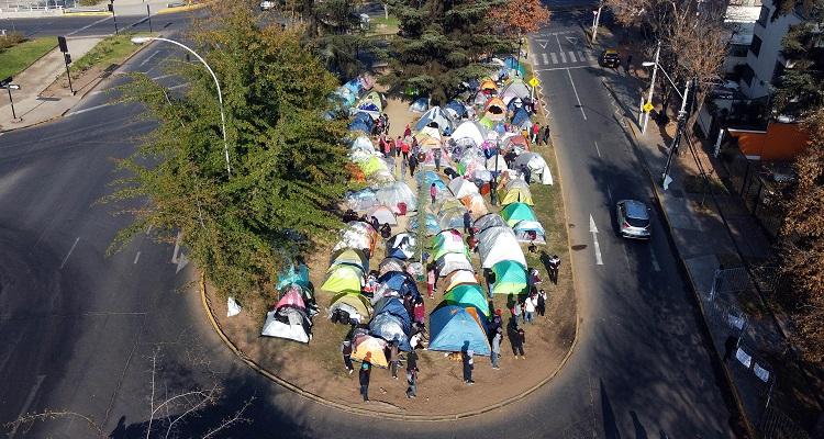 Más de 500 bolivianos acampan afuera de su consulado a la espera de un vuelo para volver a su país