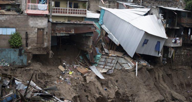 Suben a 15 los muertos y 6 desaparecidos por el paso de la tormenta Amanda en El Salvador