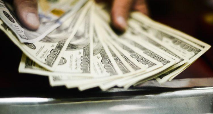El dólar cerró este jueves con fuerte caída y se acerca a los 800 pesos