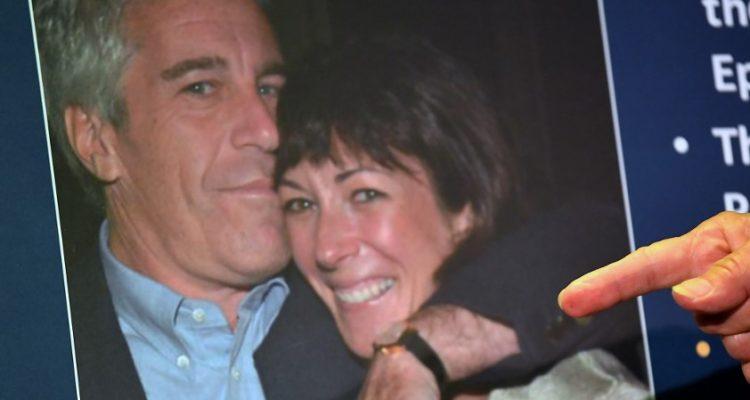 Arrestan a exnovia de Jeffrey Epstein y la acusan por ser parte una red de tráfico sexual de menores