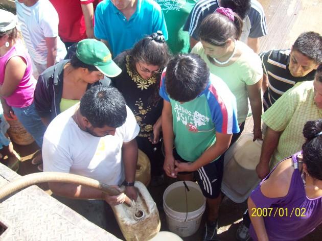 Vecinos de Coelemu y Rafael llevan agua a Tomé | María Aravena