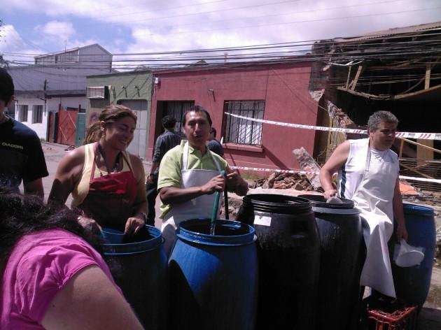 Vecinos organizados reparten agua en Concepción | Evelyn Martínez