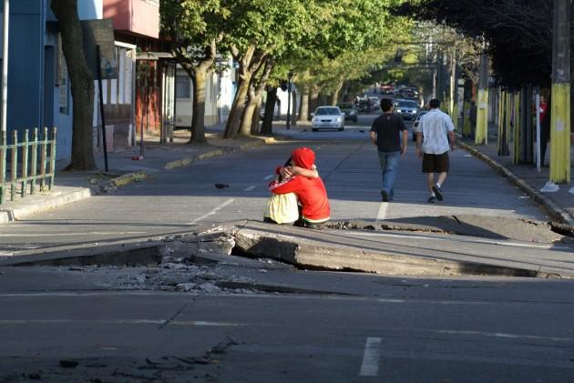 Pareja se abraza en las calles de Concepción | Marcelo Sáez