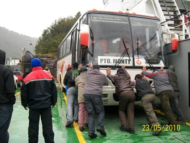 Pasajeros empujando bus en Hornopirén | Marlene Beroiza