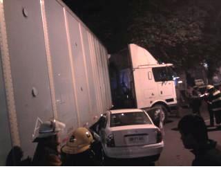 Automóvil se incrusta en camión | Carlos Martínez