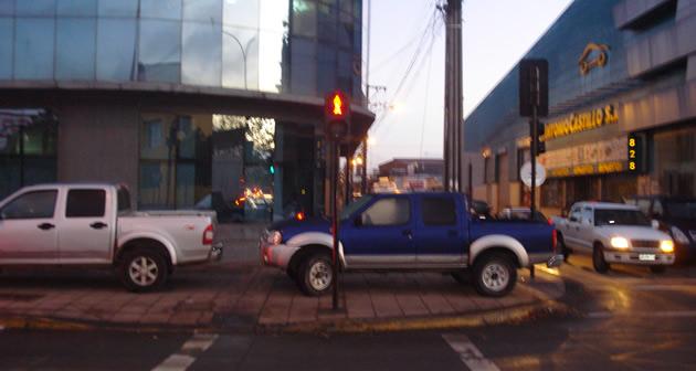 Vehículo de funcionarios de la PDI obstruye paso a peatones   Andrés Retamal