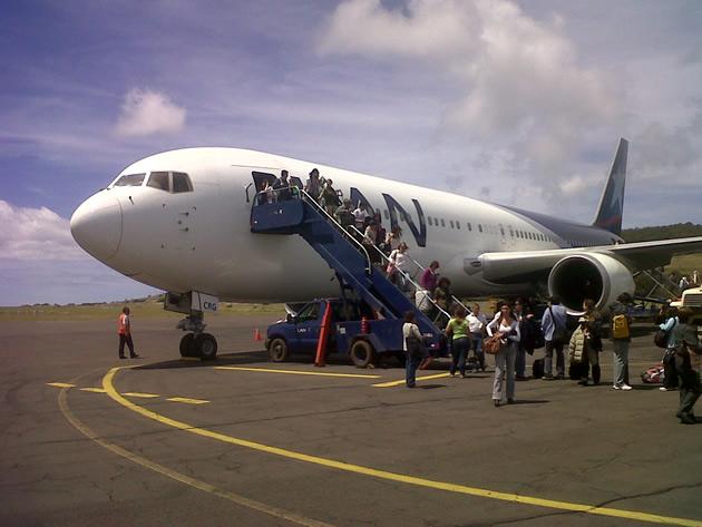 Avión LAN en aeropuerto Mataveri | Néstor Aburto