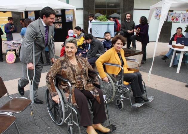 Alcaldesa Reginato en la silla de ruedas