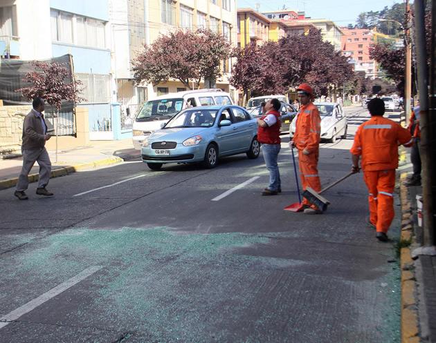 Ventanal se desploma desde último piso de torre en pleno centro de Concepción